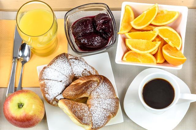 ovoce, pečivo, káva, džus