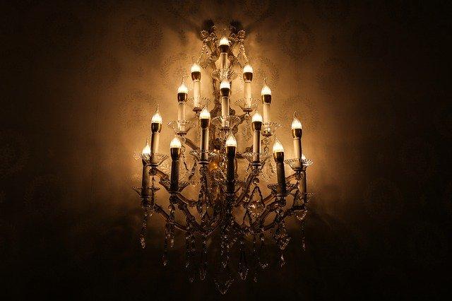 Křišťálový lustr vám díky svíčkovým LED žárovkám bude ještě dlouho a úsporně svítit