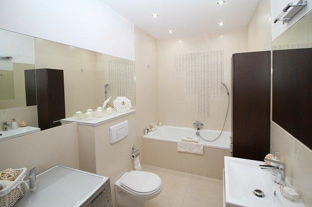 koupelna a nad vanou jsou zabudovaná bodová světla