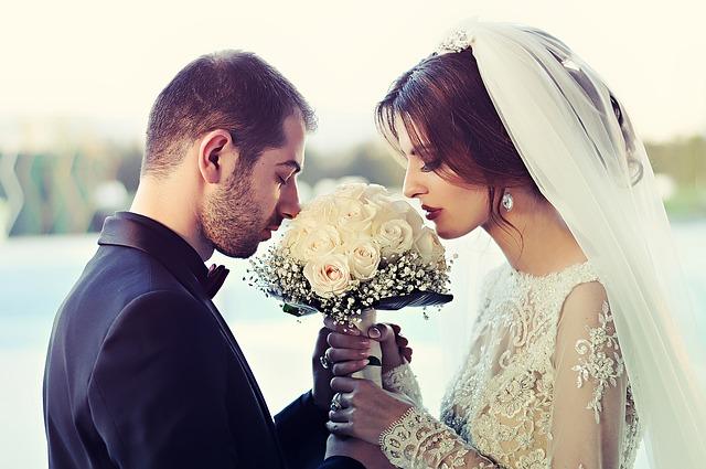čichající novomanželé